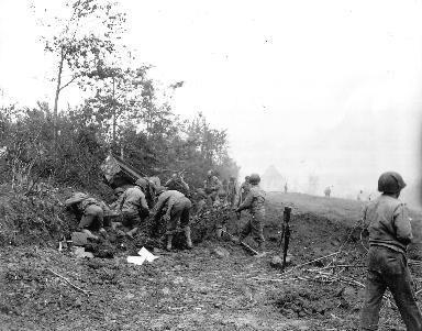 Soldats américains en manœuvre au milieu du bocage