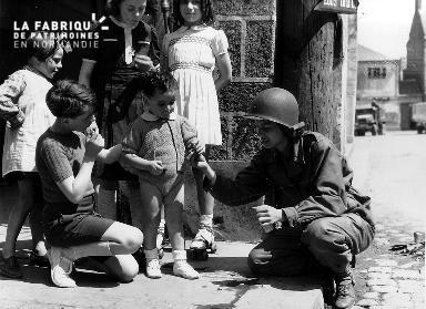 Rencontre entre des enfants et une soldat américaine (WAC : women's army corps)
