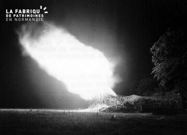 Pièce d'artillerie tirant un obus