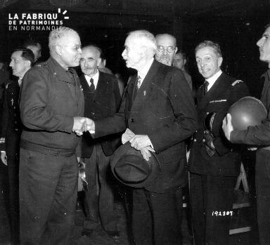 Poignée de main entre le Brigadier General Benjamin O. Davis et Paul Renault, maire de Cherbourg.