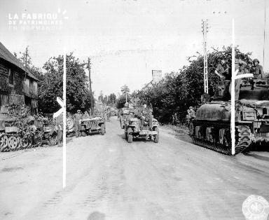 A la chapelle Urée, deux jeeps croisent des engins blindés américains en août 1944.