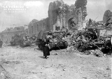 Une vieille femme au milieu des ruines à Roncey