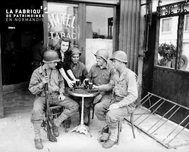 Soldats américains attablés autour d'une pression