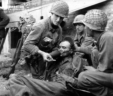 Prisonnier allemand secouru par des soldats américains