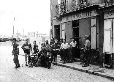 Groupe d'hommes devant une boulangerie