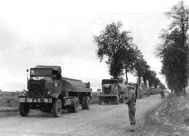 Colonne de véhicules militaires