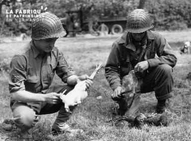 Préparation du repas par deux soldats américains
