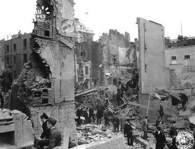Civil et autorités parmi les décombres