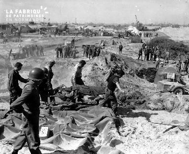 Blessé sur une civière, porté par des soldats américains dans le secteur d'Omaha beach