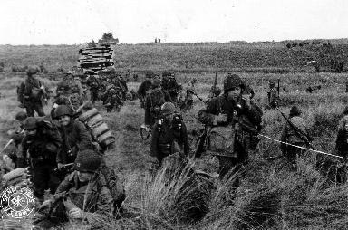 Dans le secteur d'Utah Beach, le correspondant de guerre Shelton immortalise la progression de la 4th US Infantry Division.