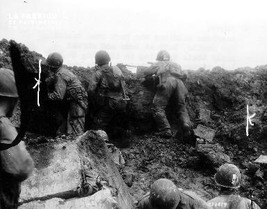 Soldats américains en poste près d'un bunker proche de la pointe du Hoc