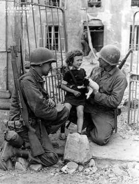 Portrait de soldats américains avec une petite fille