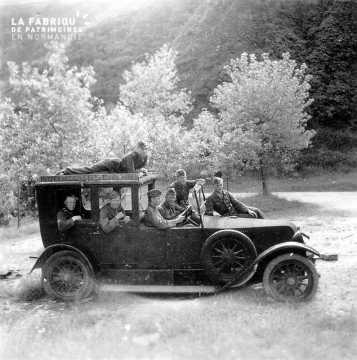 Soldats allemands dans une voiture ancienne