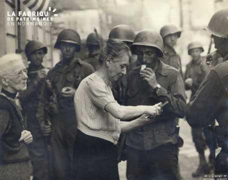 Vieilles femmes au milieu des soldats américains