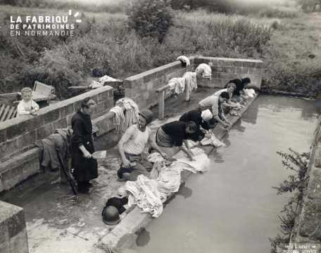 Deux soldats américains lavent leur linge au milieu des lavandières