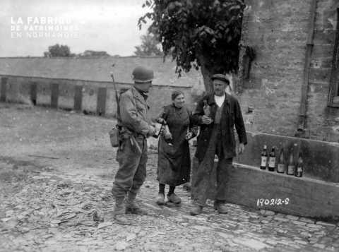 Un couple de Normands discutant avec un soldat américain