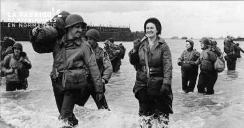 Débarquement d'infirmières sur les plages normandes