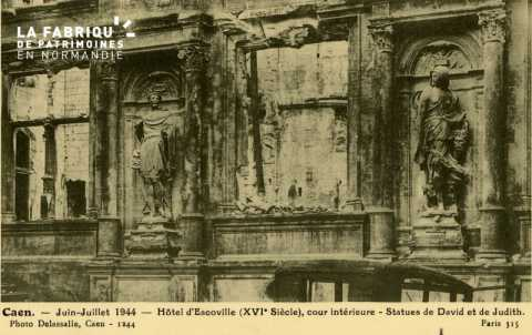 Caen- Juin,Juillet 1944- Hotel d'Escoville (XVI Siècle) Cour interieure  statues de David et Judith