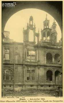 Caen- Juin,Juillet 1944- Hotel d'Escoville (XVI Siècle) Cour interieure Façade des Campanilles