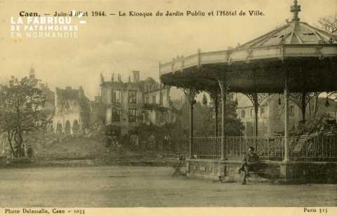 Caen- Juin,Juillet 1944- Le kiosque du jardin public et l'Hotel de Ville