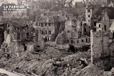 Caen detruit_1944_premier plan, rue des Teinturiers_au fond, le Chateau_ a droite, les Quatrans (maison)