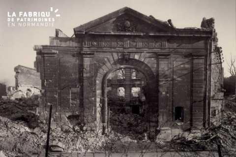 Caen detruit_1944_porche de l'hotel de l'Intendance_rue des Carmes