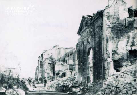 Caen detruit_1944_hotel de l'Intendance_rue des Carmes (porche d'entree)