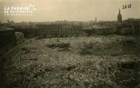 Caen detruit_1944_place de la Republique_a gauche, rue St Laurent