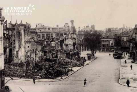 Caen detruit_1944_boulevard des Allies_a gauche, ruines de l'Hotel de Thaon