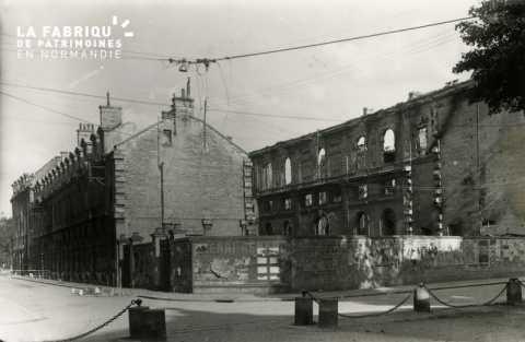 Caen detruit_1944_angle rue de l'Hotel de Ville et rue St Laurent_a gauche, la Poste_photo prise du parvis de Notre dame de la Gloriette