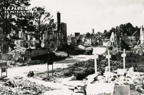 Caen detruit_1944_Place Suiger (les 3 croix montrent l'emplacement de la Chapelle de la Misericorde)