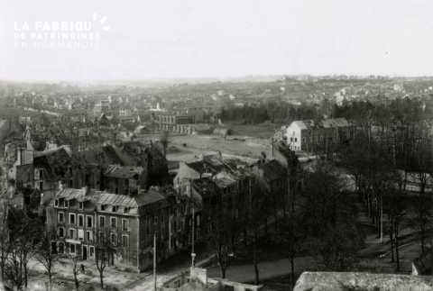 Caen detruit_1944_vue prise de l'Abbaye aux Dames_a gauche, haut de la rue des Chanoines_a droite, place St Gilles