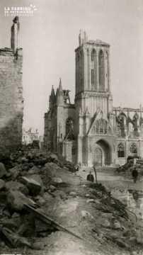 Caen detruit_1944_l'Eglise St Pierre vu de la rue St Pierre