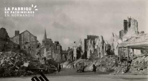 Caen detruit_1944_place St Pierre et entree de la rue St Pierre_au fond le clocher de l'Eglise de Notre Dame de Froide Rue (St Sauveur actuellement)