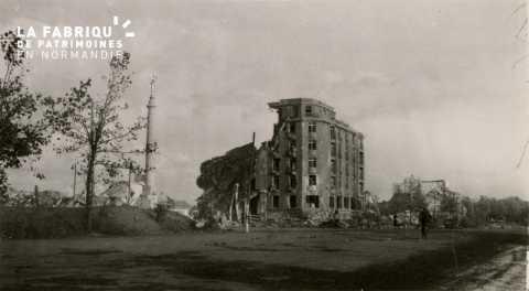 Caen detruit_1944_le monument de la guerre 14-18 et l'Hotel Malherbe_a gauche du monument le grand immeuble Beausejour n'existe plus