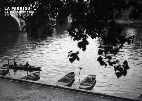 Barques prés d'un pont