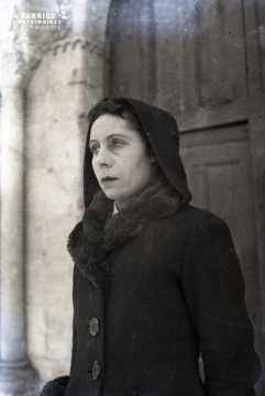 Femme prés de l'église