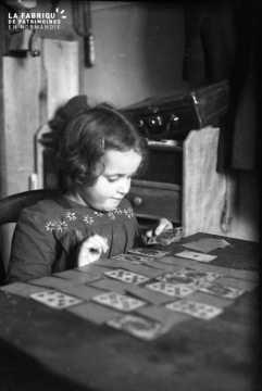 Fillette jouant aux cartes
