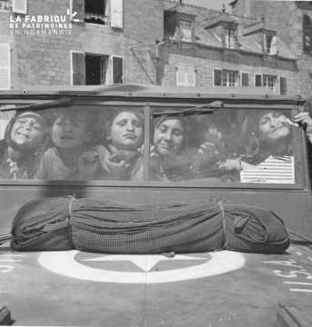 Grimaces d'enfants à bord d'une jeep américaine