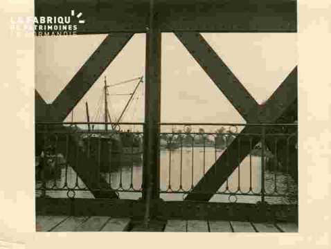 Bateaux récents derrière le pont B