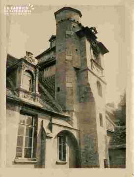 Immeuble avec tourelle - Rue des croisiers à Caen