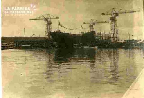 Chantiers navals avec bateau en construction