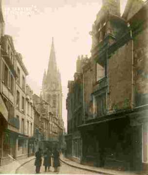 Saint Pierre.clocher et rue