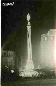 Monument aux morts illuminé