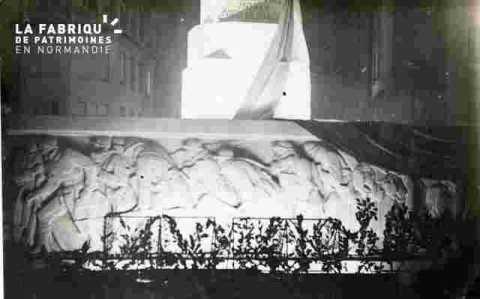 Monument aux morts-frise. illuminé