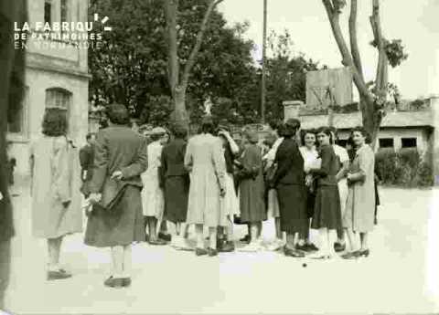 Groupe dans une cour d'école