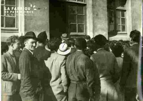 Groupe devant le stand de L'Ouest-Eclair