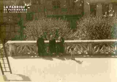 C.Halot, amies et Alain, une balustrade gothique