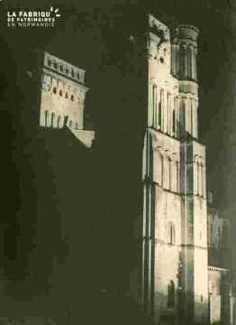 La Trinité Tour gauche illuminée