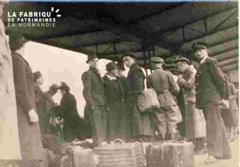 Départ en gare d'ouvriers pour l'Allemagne